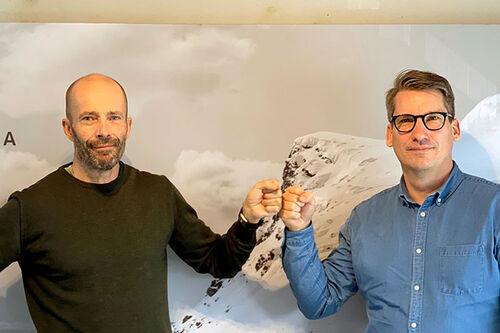 Patrick Bauer (tv) og Wsportsmedias David Nilsson utveksler håndtrykk på koronavis etter at Bauer har blitt ansatt som Pro Tour Director. Foto: Wsportsmedia.