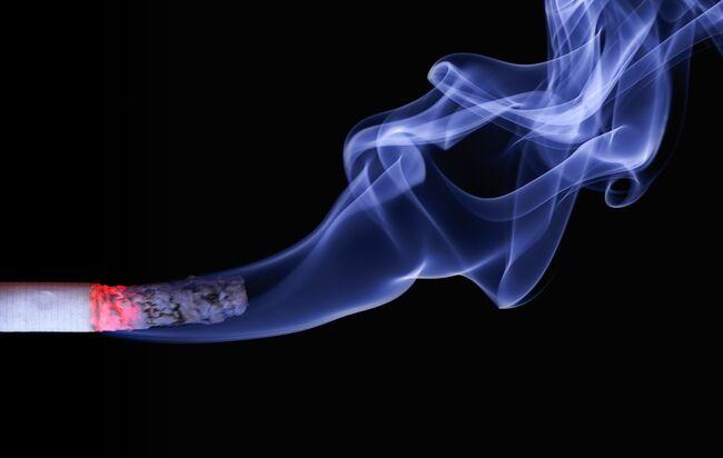 Bildet viser en sigarett det ryker av
