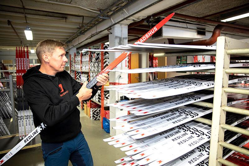 Madshus Redline 3.0 hvor Peter Blom ved den norske skifabrikken her sjekker spennet. Foto: Stefano Zatta / Madshus.