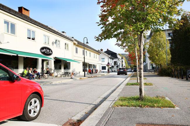 Bildet viser Storgata på Jevnaker med biler og butikker