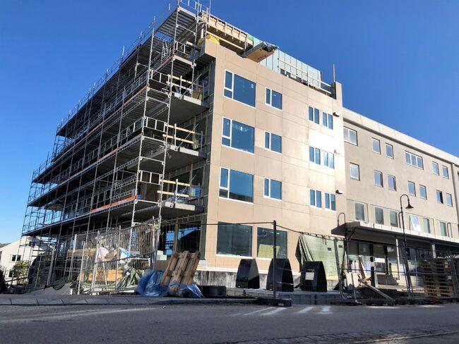 Bildet viser byggeaktivitet i Jevnaker sentrum. En bygård bygges.