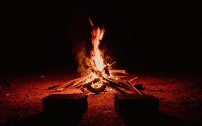 Bildet viser et bål som brenner