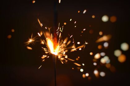 Bildet viser fyrverkeri, stjerneskudd