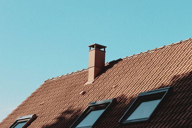 Bildet viser en pipe på et bolighus