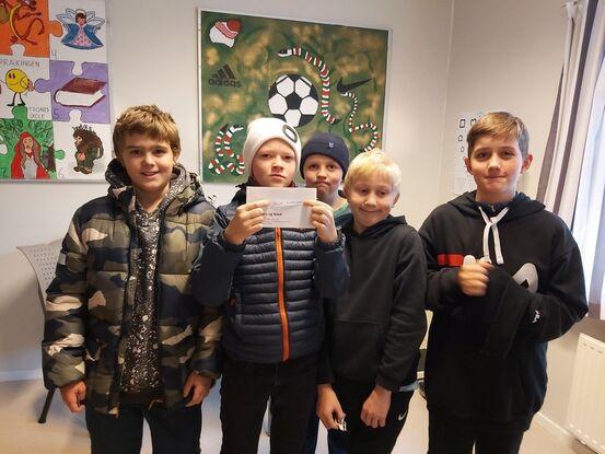 Disse fem flotte guttene hjalp til med trekningen: Loke Antonsen, Nikolai Watne Carlsen, Aron Antonsen, Sander Husmo og Gustav Sjøgård Carlsen