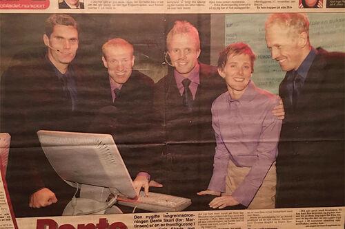 Faksimile Dagbladet 3. november 2000, dagen etter lanseringen av Langrenn.com. Fra venstre: Thomas Alsgaard, Odd-Bjørn Hjelmeset, Geir og Bente Skari, Espen Bjevig. Thorodd Bakken var også en av gründerne av Langrenn.com. Originalfoto: Robert S. Eik.