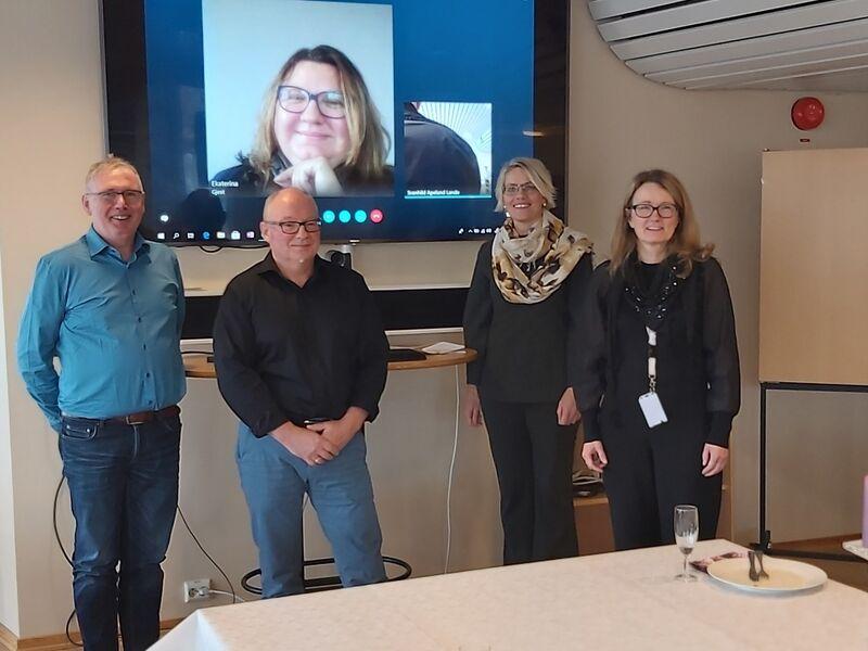 På bildet ser du fra venstre John Kristiansen, John Midtgård, Ekaterina Romsdal (på skype), økonomisjef Svanhild Apeland Lande og rådmann Nina Bordi Øvergaard