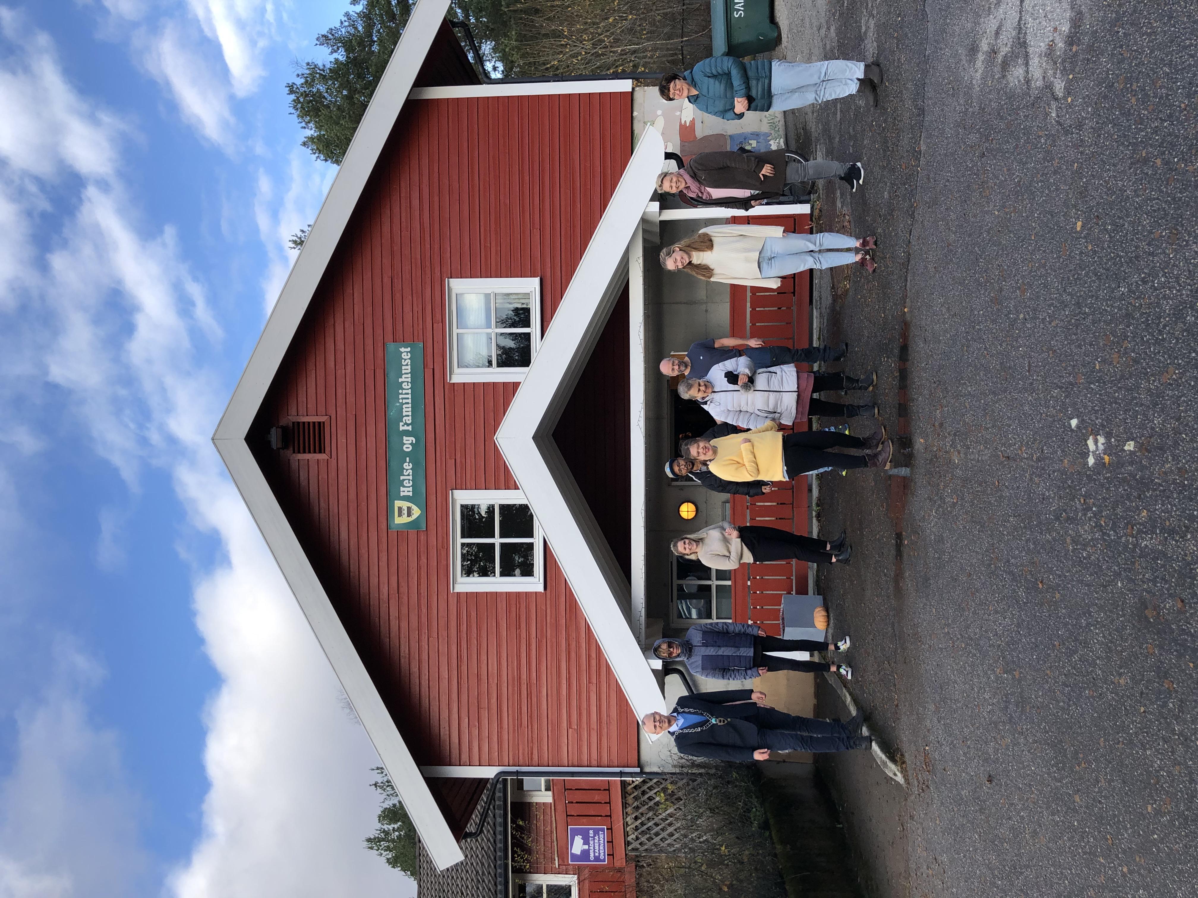Festdeltakere utenfor dag- og aktivitetssenteret.jpg