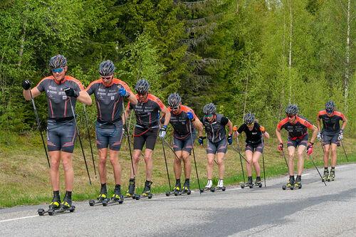 Løpere fra Team Ragde Eiendom ute på treningsøkt med rulleski. Foto: Foto. Børre E. Helgerud.
