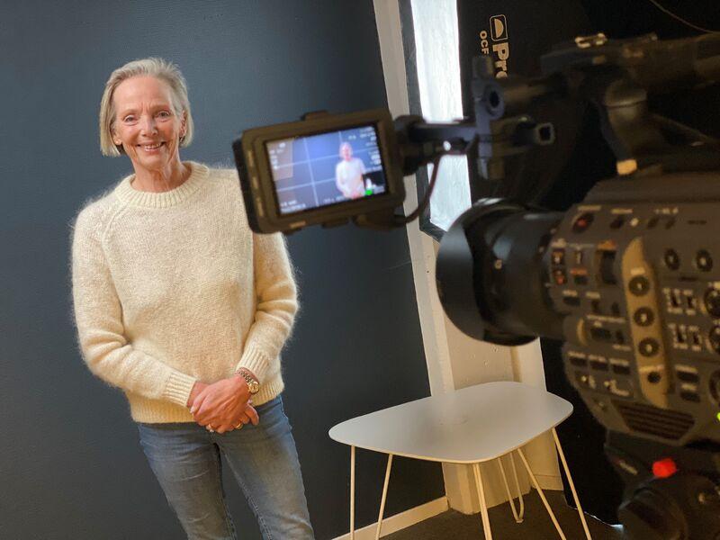 FILMER: FUG-rådgiver Kjersti Falck er for tiden aktuell med innspilling av flere nye filmer. Her står hun klar foran kameraet.