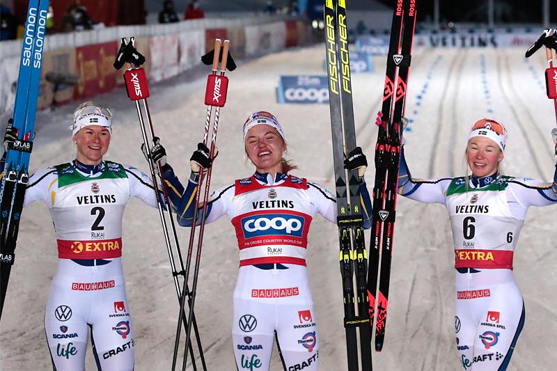 Damenes seierspall på sprinten under verdenscupen i Ruka 2020. FV: Maja Dahlqvist (2. plass), Linn Svahn (1) og Jonna Sunding (3). Foto: Modica/NordicFocus.
