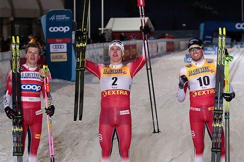 Herrenes seierspall på sprinten under verdenscupen i Ruka 2020. FV: Johannes Høsflot Klæbo (2. plass), Erik Valnes (1) og Emil Iversen (3). Foto: Modica/NordicFocus.