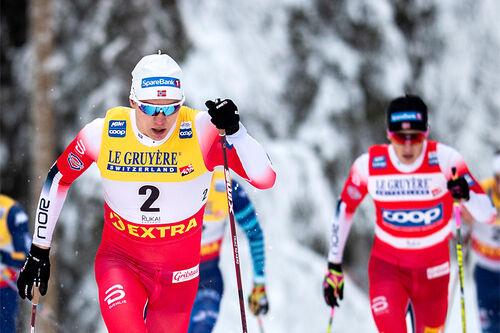 Erik Valnes på vei mot sin verdenscupseier på sprinten i Ruka og minitouren der i november 2020. Foto: Modica/NordicFocus.