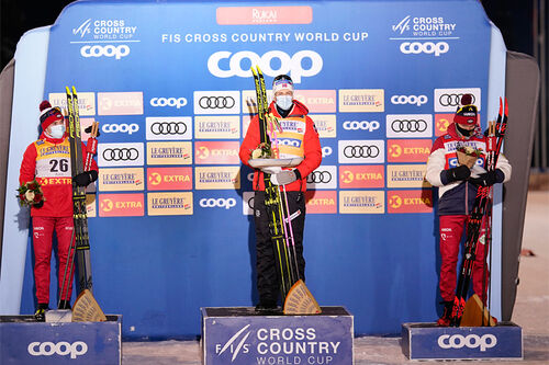 Herrenes seierspall på 15 km klassisk under 2. etappe av minitour i Ruka 2020. FV: Alexey Chervotkin (2. plass), Johannes Høsflot Klæbo (1) og Alexander Bolshunov (3). Foto: Modica/NordicFocus.