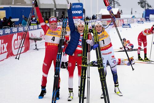 Damenes seierspall på jaktstarten av minitouren i Ruka 2020. FV: Tatiana Sorina (2. plass), Therese Johaug (1) og Ebba Andersson (3). Foto: Modica/NordicFocus.