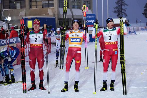 Herrenes seierspall på jaktstarten av minitouren i Ruka 2020. FV: Alexander Bolshunov (2. plass), Johannes Høsflot Klæbo (1) og Emil Iversen (3). Foto: Modica/NordicFocus.