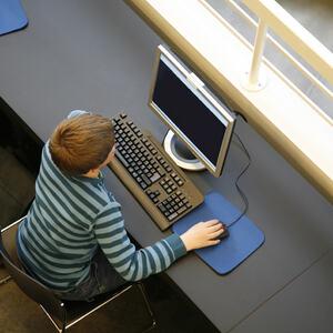 HJEMMESKOLE: Gutt i tidlig tenårene sitter foran en data.