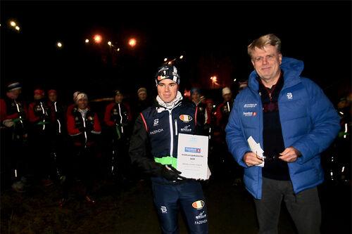 Jakob Eiksund Sæthre, Fossum IF og Vidar Ruud, Akershus Idrettskrets i forbindelse med overrekkelse av Jubileumspokalen. Foto: Privat.