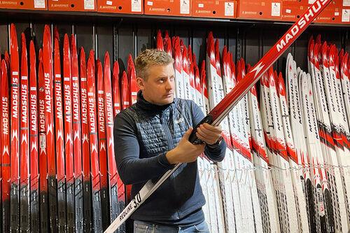 Anders Gauslaa i langrennsavdelingen på Oslo Sportslager trekker fram Madshus nye toppmodell Redline 3.0 som en av de mest spennende produktnyhetene innen langrenn denne sesongen. Foto: Oslo Sportslager.