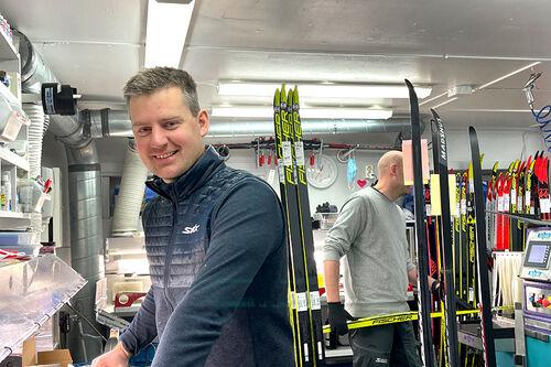 Anders Gauslaa i langrennsavdelingen på Oslo Sportslager på verkstedet der de har travle dager med sliping og grunnprepping for tida i tillegg til all annen klargjøring og salg av ski. Foto: Oslo Sportslager.