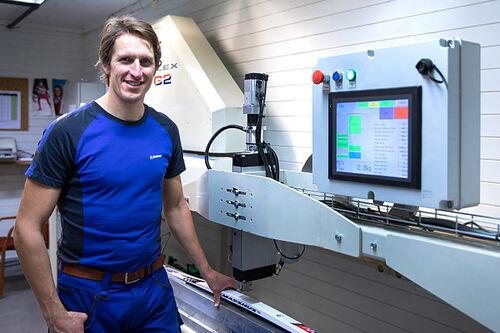 Lars Berger ved Compuflex-maskinen hos Madshus. Foto: Stefano Zatta / Madshus.