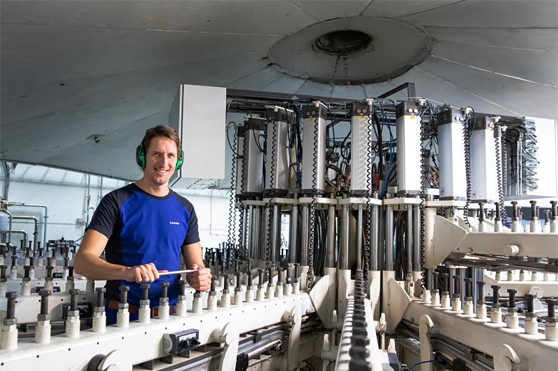 Lars Berger driver med innstilling av flex for langrennsski i Madshus-fabrikken. Foto: Stefano Zatta / Madshus.