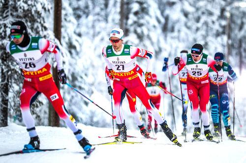 Norske langrennsløpere fører an i feltet under verdenscupen i Ruka. Foto: Modica/NordicFocus.