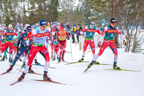 Pål Golberg og Johannes Høsflot Klæbo fremst i feltet under Ski Tour 2020. Foto: Thibaut/NordicFocus.