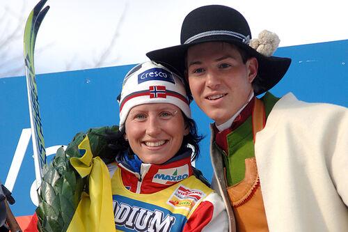 Marit Bjørgen fra da hun i 2006 vant verdenscupen over 45 km som gikk i Vasaloppssporet. Kransmasen er Martin Johansson. Foto: Vasaloppet/Nisse Schmidt.