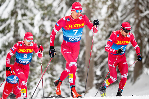 Evgeniy Belov flankert av noen av de svært mange og sterke russerne under Tour de Ski. Foto: Modic/NordicFocus.