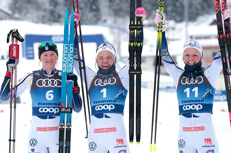 Damenes seierspall på syvende etappe av Tour de Ski 2020/2021. FV: Maja Dahlqvist (2. plass), Linn Svahn (1) og Emma Ribom (3). Foto: Modica/NordicFocus.