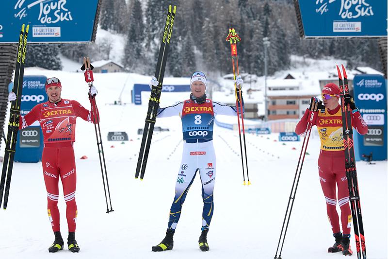 Herrenes seierspall på syvende etappe av Tour de Ski 2020/2021. FV: Gleb Retivykh (2. plass), Oskar Svensson (1) og Alexander Bolshunov (3). Foto: Modica/NordicFocus.