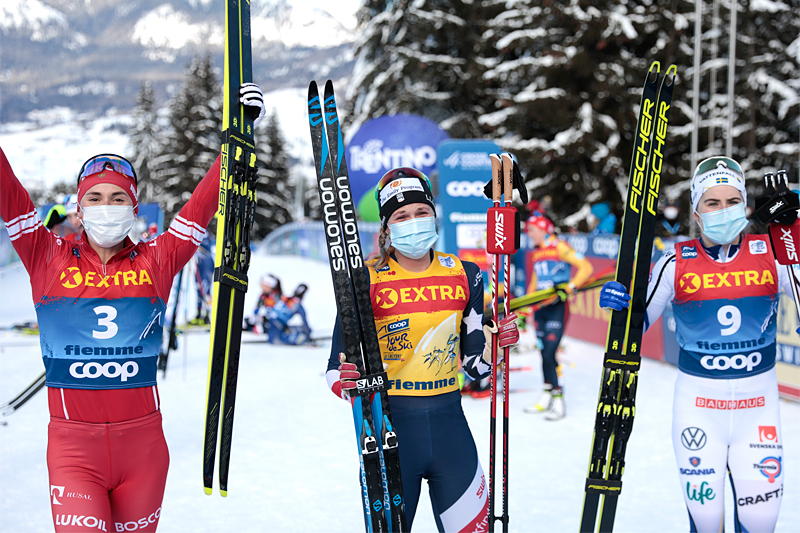 Damenes seierspall og sluttstilling i Tour de Ski 2020/2021. FV: Yulia Stupak (2. plass), Jessie Diggins (1) og Ebba Andersson (3). Foto: Modica/NordicFocus.