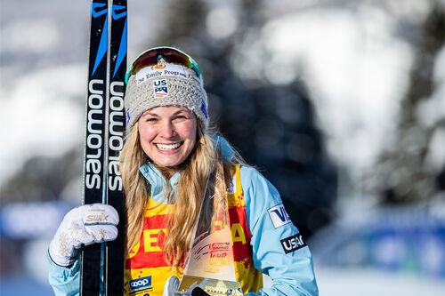 Jessie Diggins med troféet som beviser at hun er vinner av Tour de Ski i sesongen 2020-2021. Foto: Modica/NordicFocus.