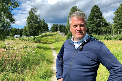 Johan Eriksson er ansatt som sjef for Vasaloppet. Her er han avbildet med Aukland-broa i bakgrunnen. Foto: Vasaloppet / Alexander Winther.