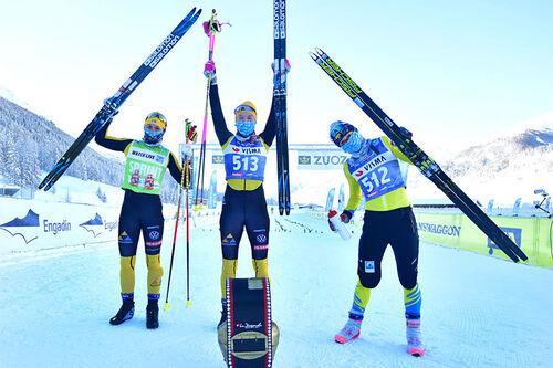 Damenes seierspall i Engadin La Diagonela 2021. FV: Lina Korsgren (2. plass), Jenny Larsson (1) og Emilie Fleten (3). Foto: Reichert/NordicFocus.