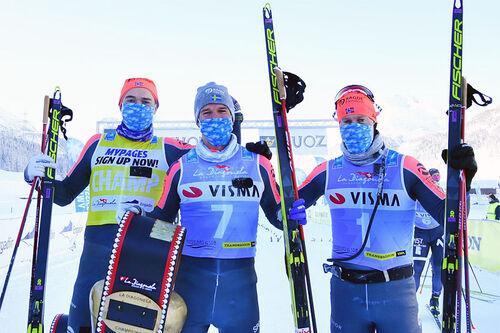 Herrenes seierspall i Engadin La Diagonela 2101. FV: Andreas Nygaard (2. plass), Oskar Kardin (1) og Petter Eliassen (3). Foto: Reichert/NordicFocus.