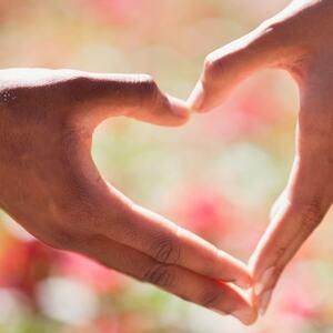 Hender som symboliserer et hjerte