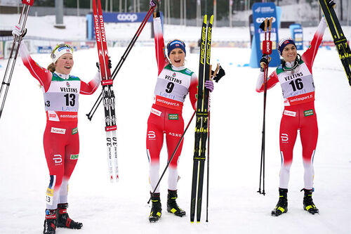 Damenes seierspall på 15 km skiathlon under verdenscupen i Lahti 2021. FV: Helen Marie Fossesholm (2. plass), Therese Johaug (1) og Heidi Weng (3). Foto: Modica/NordicFocus.