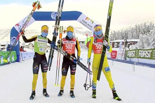 Damenes seierspall i Ski Classics-rennet Toblach-Cortina 2021. FV: Ida Dahl (2. plass), Lina Korsgren (1) og Emilie Fleten (3). Foto: Visma Ski Classics.