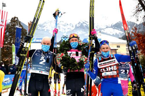 Herrenes seierspall i Marcialonga 2021. FV: Tord Asle Gjerdalen (2. plass), Emil Persson (1) og Ermil Vokuev (3). Foto: Modica/NordicFocus.