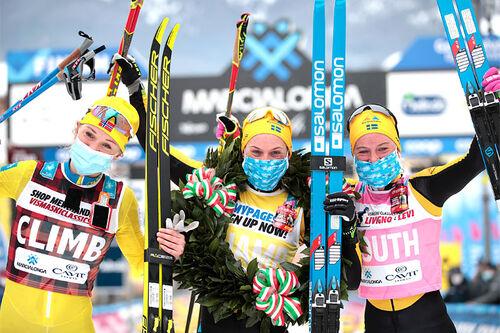 Damenes seierspall i Marcialonga 2021. FV: Emilie Fleten (2. plass), Lina Korsgren (1) og Ida Dahl (3). Foto: Modica/NordicFocus.