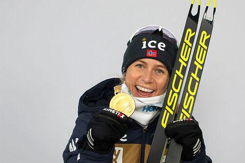 Tiril Eckhoff med VM-gullmedalje under verdensmesterskapet i skiskyting i Pokljuka 2021.