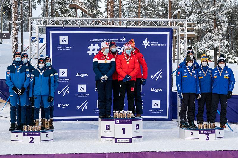 Herrenes seierspall på stafetten under Junior-VM Vuokatti 2021. FV: Finland (2. plass), Norge (1) og Italia (3). Foto: Tomi Mäkipää / Loru Creative.