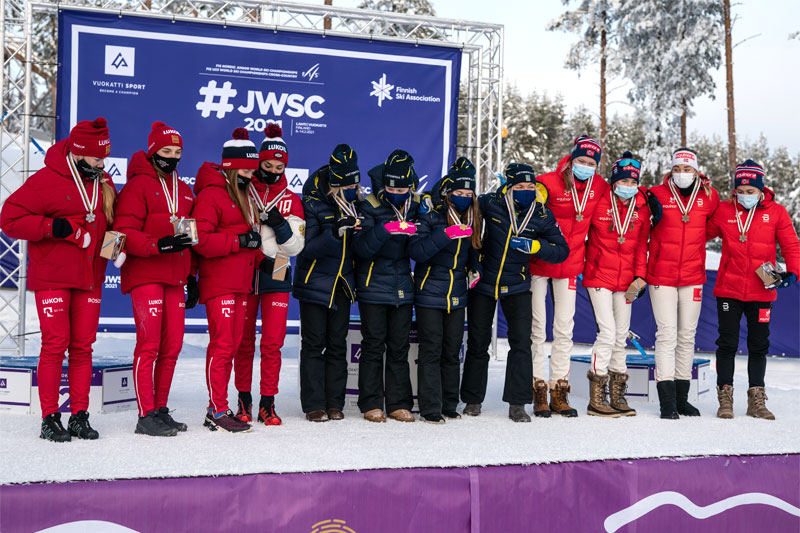 Damenes seierspall på stafetten under Junior-VM Vuokatti 2021. FV: Russland (2. plass), Sverige (1) og Norge (3). Foto: Tomi Mäkipää / Loru Creative.