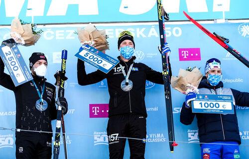 Herrenes seierspall i Jizerska 2021, sesongens 4. renn i Ski Classics. FV: Tord Asle Gjerdalen (2. plass), Emil Persson (1) og Ermil Vokuev (3). Foto: Tomáš Hejzlar / Jizerská 50.