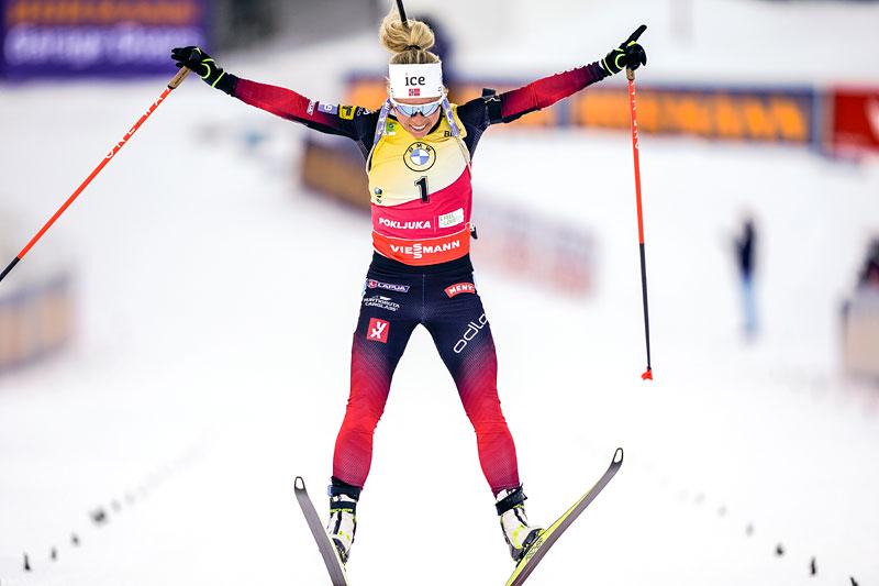 Hoppende glad Tiril Eckhoff over enda et VM-gull  under mesterskapet i Pokljuka 2021 da hun vant jaktstarten med klar margin. Foto: Thibaut/NordicFocus.