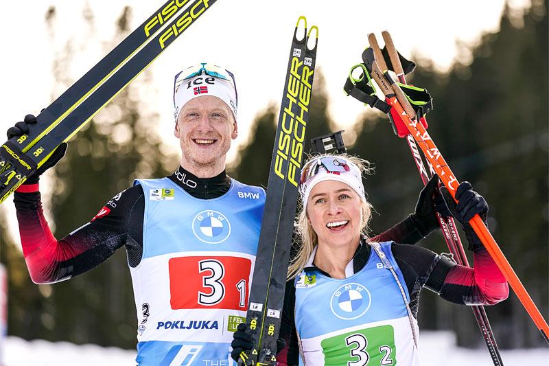 Johannes Thingnes Bø og Tiril Eckhoff stråler etter å ha gått Norge inn til VM-sølv i parstafett under verdensmesterskapet i Pokljuka 2021. Foto: Thibaut/NordicFocus.