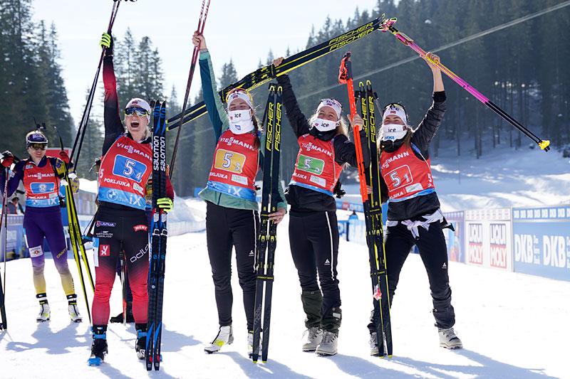 Marte Olsbu Røiseland, Ida Lien, Tiril Eckhoff og Ingrid Landmark Tandrevold jubler etter å ha gått Norge inn til VM-gull i damestafetten under verdensmesterskapet i Pokljuka 2021. Foto: Thibaut/NordicFocus.