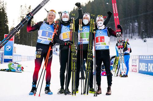 Vetle Sjåstad Christiansen, Johannes Thingnes Bø, Tarjei Bø og Sturla Holm Lægreid jubler etter å ha gått Norge inn til VM-gull i herrestafetten under verdensmesterskapet i Pokljuka 2021. Foto: Thibaut/NordicFocus.